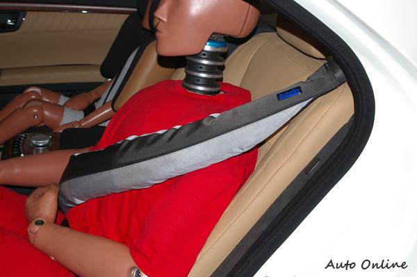對於安全防護各車廠莫不絞盡腦汁,像這個安全帶氣囊的發明就可以防止車禍時瞬間拉力對人體所造成的傷害。