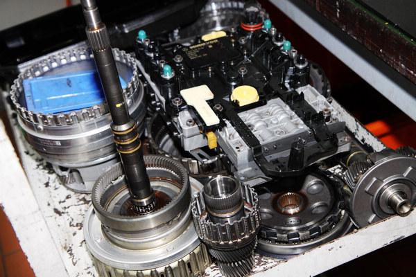 變速箱是賓士車的另一優勢,精密的設計更需要專注的環境來拆解,因此變速箱工作區位於獨立安靜的小房間。