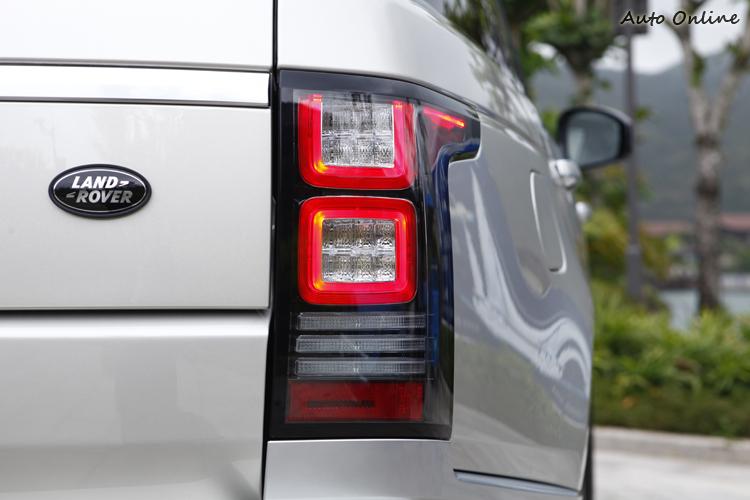 尾燈以層疊處理與醒目的方形LED設計,方向燈更以三道平行燈條呈現。