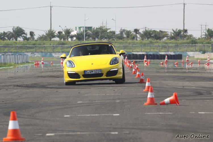 繞錐要快重點在於油門的控制的穩定與轉動方向盤的動作順暢與否,當然這又得回到正確的駕駛姿勢的建立。
