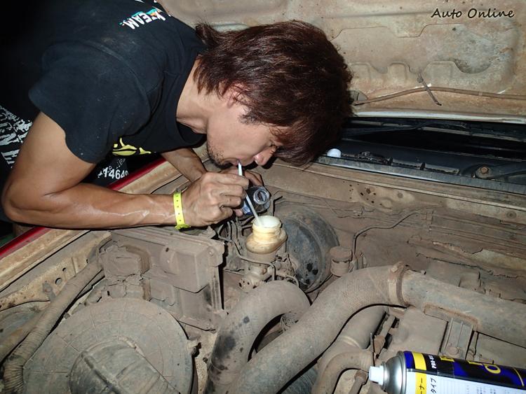 小朋友可別輕易嘗試,叔叔有練過用吸管來換煞車油。