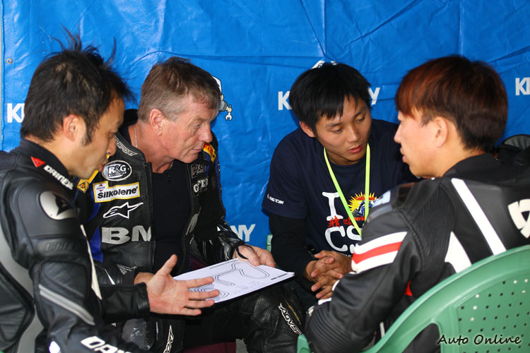 結束賽道騎乘馬上小組討論。這位教練高齡70,但他可是全球頂級教練之一,曾在指導國內SBK A組學員時單手進行powerslide然後海放。