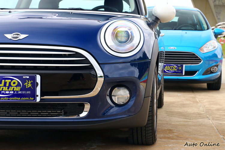 車頭氣壩兩輛車有些微類似,燈具造型則是天差地遠。
