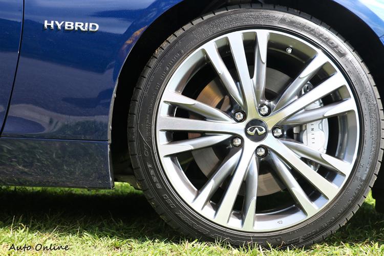 19吋規格全新造型鋁圈,內部有運動化四活塞卡鉗。
