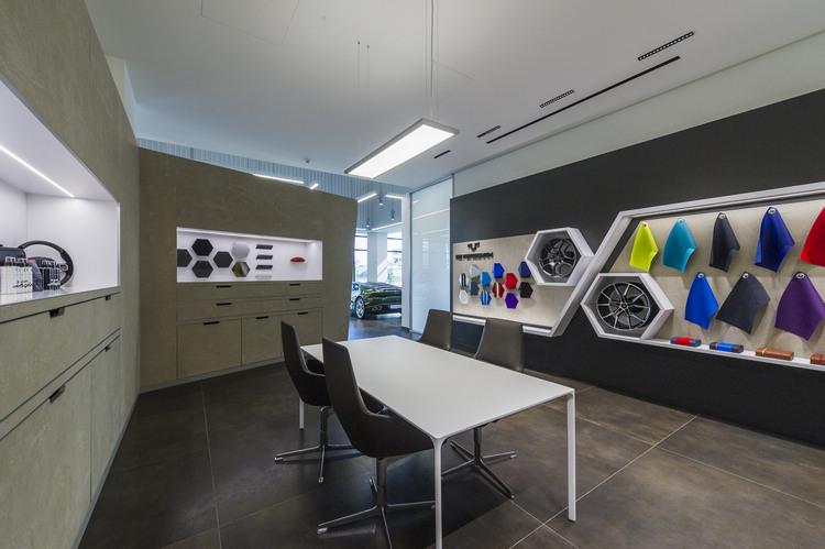 頂級客製化服務提供客戶親自體驗、欣賞並嘗試其搭配效果。