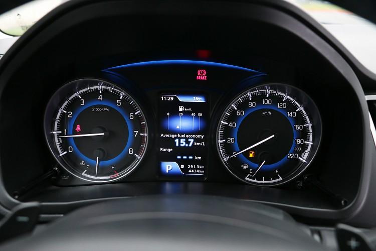 方有獨家的儀表板搭載高畫質4.2吋彩色LCD多功能資訊顯示幕,可惜只有英文介面。