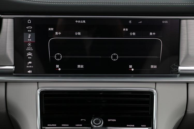 中央出風口的方向調整由中控螢幕觸控。