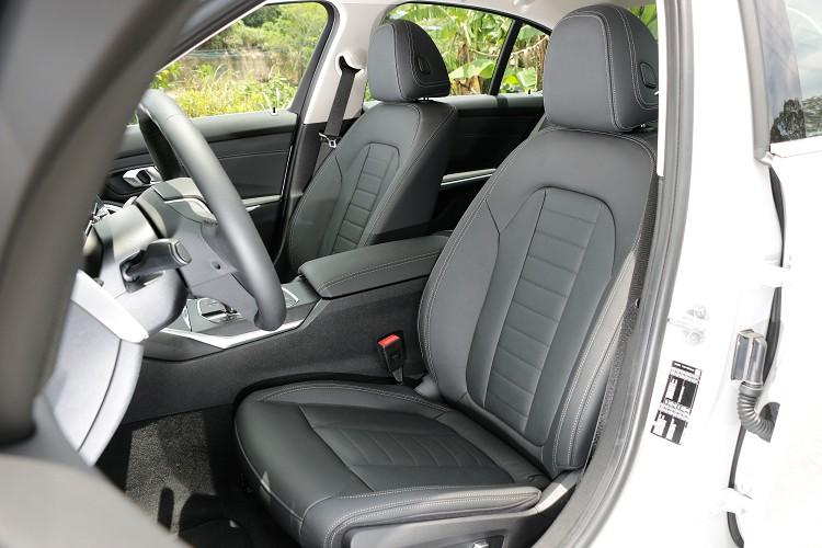雙前座椅採電動調整附靠功能,更採用細緻柔軟的Vernasca真皮包覆,烘托出Luxury 套件所強調的豪華氛圍。