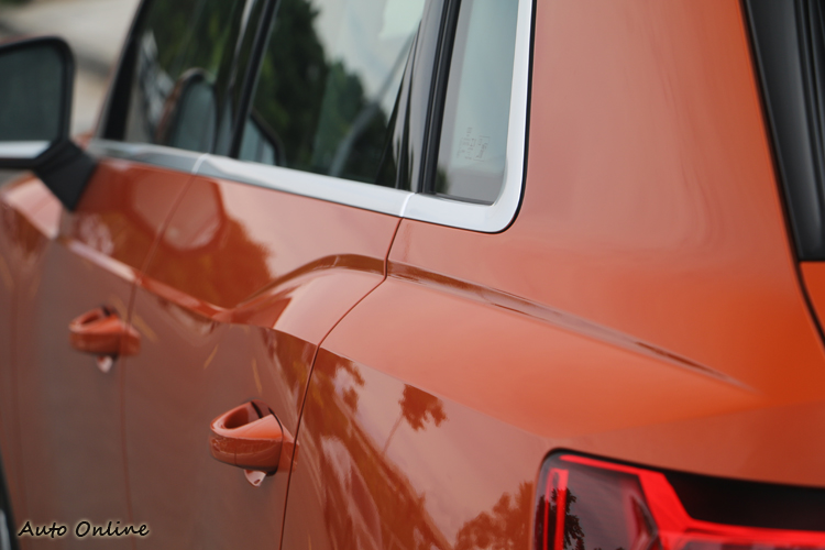和同集團生產的Bentayga一樣,Audi Q3輪拱上也有明顯的肌理線條。