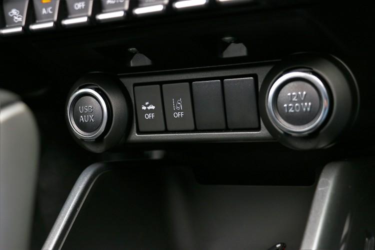 提供一組USB連接和一組12V電源插孔。