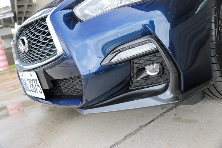 前保險桿兩側搭配賽道元素的鈦銀色F1方程式定風翼,展現更強烈的視覺張力。