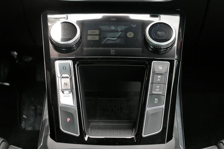 電動車的排檔方式相當簡化,前進、後退、停車都是用按鈕來切換。