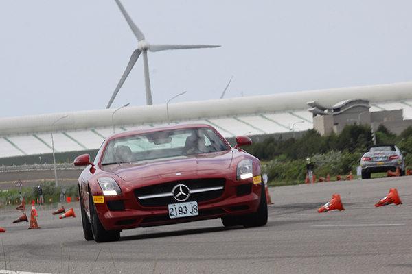 SLS AMG貼地性能也令人深刻,在繞錐場是唯一能夠緊貼教練駕駛的前導車的車型。