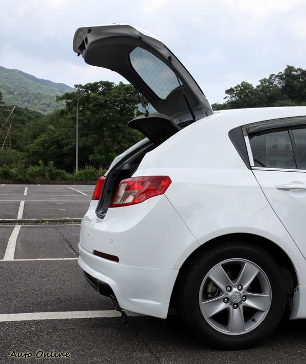 掀背車少了一節後車尾影響行李廂的置物空間,尾門開啟角度變大,放置物品將不受限制。