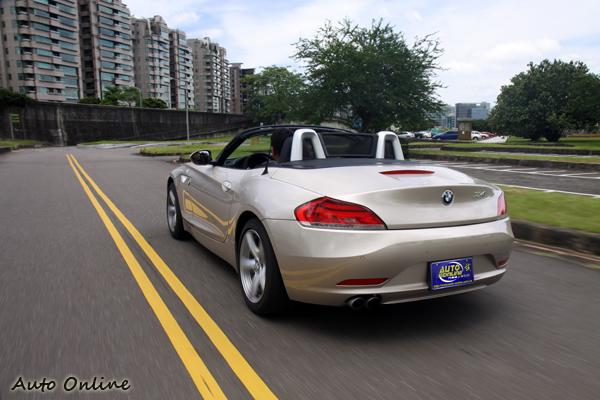 油門反應輕快,小渦輪設計絲毫感受不到渦輪遲滯,加上Steptronic運動化八前速手自排,從靜止加速到100km/h僅需要花費7.2秒。
