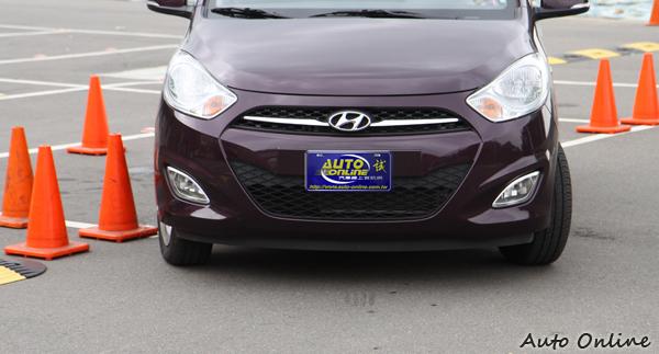 視覺死角的範圍決定停車的難易程度,駕駛i10時比較能夠緊貼著錐筒駛入停車格。