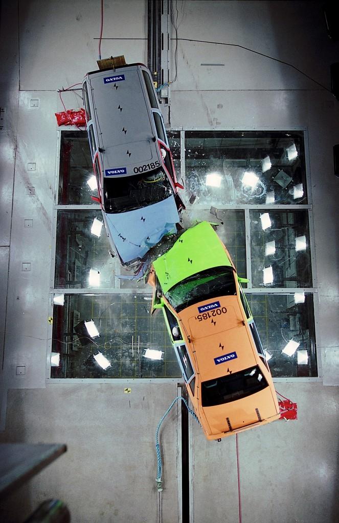 VOLVO 汽車安全測試研究中心以領先全球的高科技精密設備進行旗下所有車款的撞擊實驗,至今統計資料庫已蒐集累積高達 60,000 名乘客、超過 36,000 件真實交通事故案例。