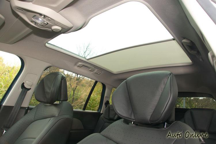 大面積玻璃車頂的遮陽簾提供電動分段調整