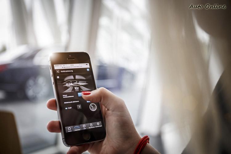 透過手機APP,設定出發時間,車內的空調、方向盤、座椅的溫度,開車時就免受嚴寒酷熱之苦,這也是賓士的新創舉。