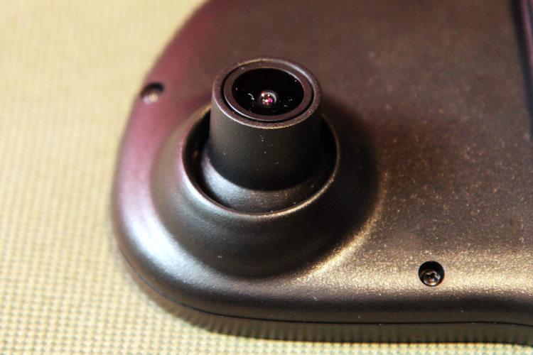 內建智慧對焦防震鏡頭可調整角度,預設五分鐘分段的1080P影片。