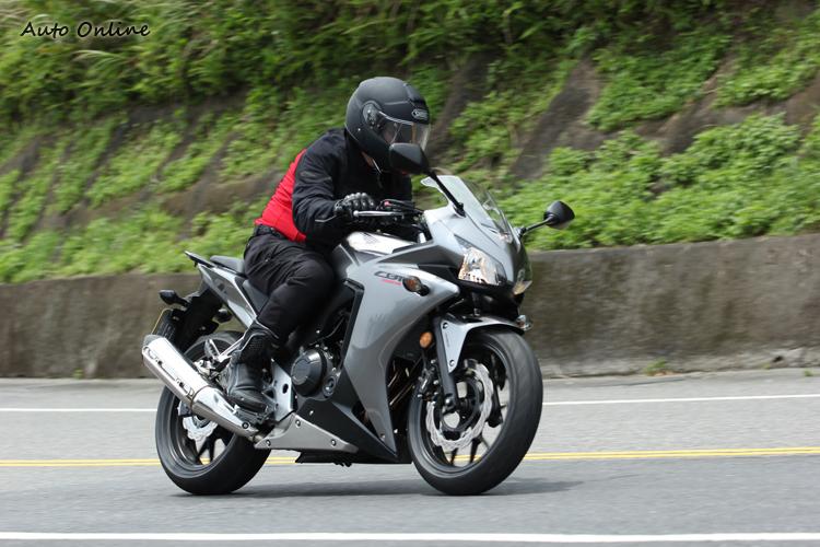 CBR500R~帥氣又好騎的黃牌檔車,雙缸扭力便利通勤,外觀比照CBR1000RR的雙燈Fire Blade整流罩,要我能回溯大學時光,一定騎這台!