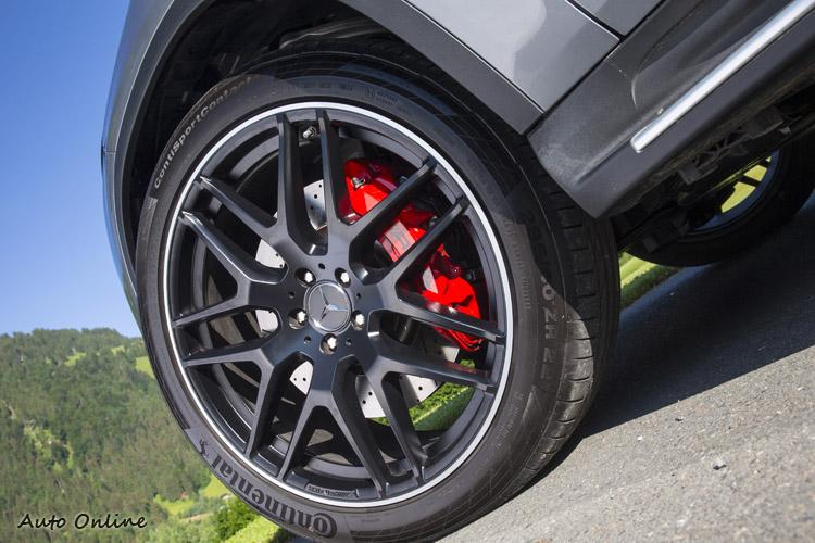 頂級GLE 63S Coupe搭配的是紅色AMG卡鉗,以及22吋頂尖馬牌ContiSportContact輪胎。