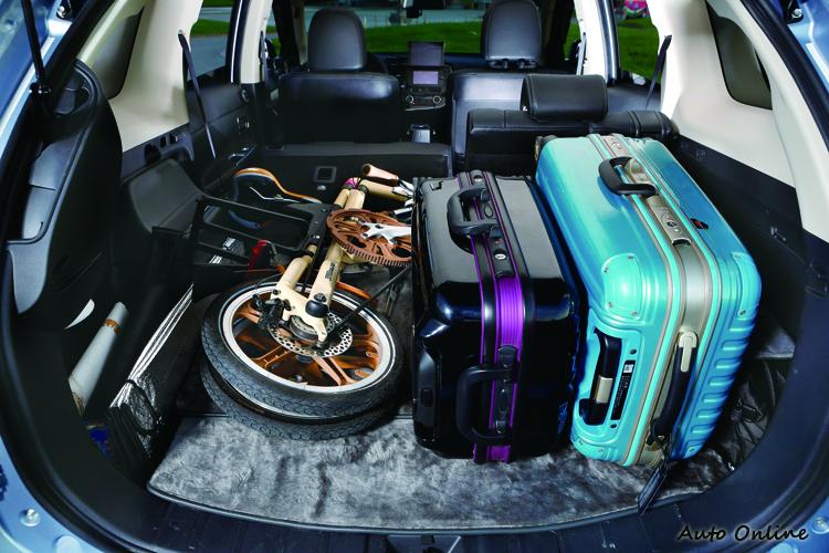 熱愛旅行的陳禹伯,不忘隨車攜帶小折,增加旅遊深度與樂趣,SUV寬敞車高加上天窗設計讓開車有一種逍遙自在的感覺。