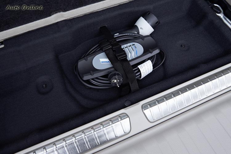 除了BMW I Wallbox Pro充電座外,附有家用充電線組,時間比較久一點。