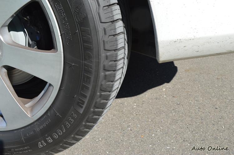 輪胎的側邊如同我們買生鮮食品上的標記,都會註明尺寸、年分、耐磨指數、乾地抓地力、濕地抓地力等標示。