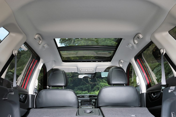 頭頂上全景式天窗帶來舒服又享受的乘坐體感。
