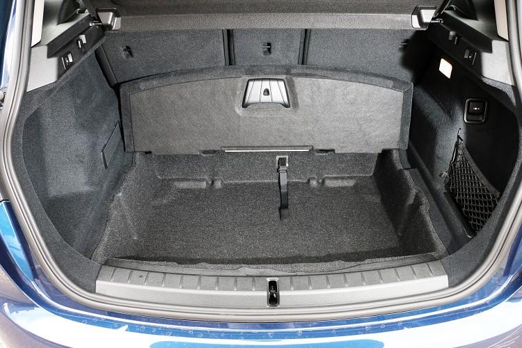 除了能將椅背倒平之外,後行李廂底板下也有儲物空間。