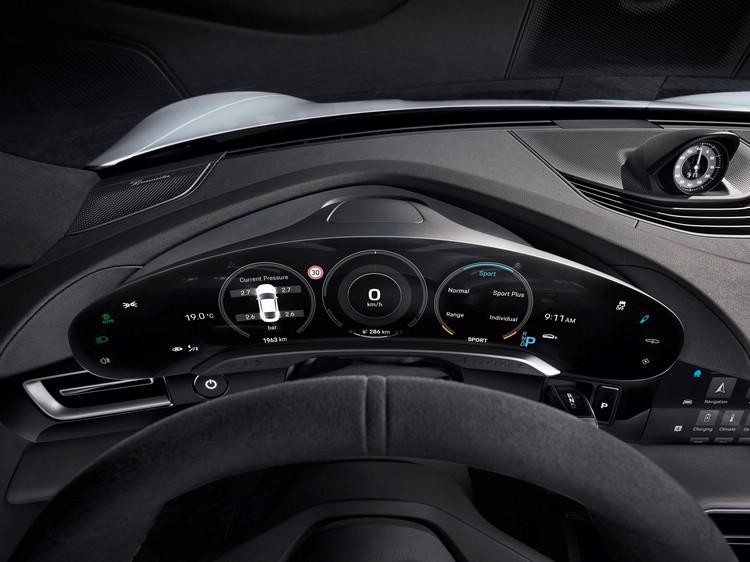 中央 10.9 吋資訊娛樂顯示幕與可選配的乘客顯示幕相結合形成黑色玻璃面板,視覺上與內裝融為一體。