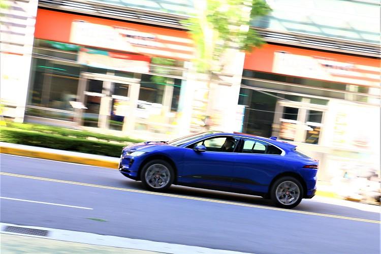 卓越駕馭性能的AWD全時四輪傳動系統,僅需 4.8 秒即可完成0-100km/h加速衝刺。