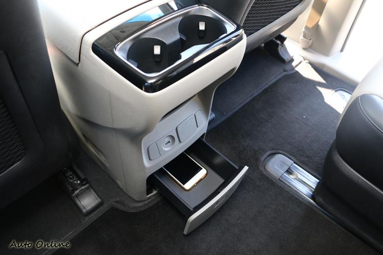 排檔座前方也設有無線充電介面,方便為新世代智慧型手機補充電力。
