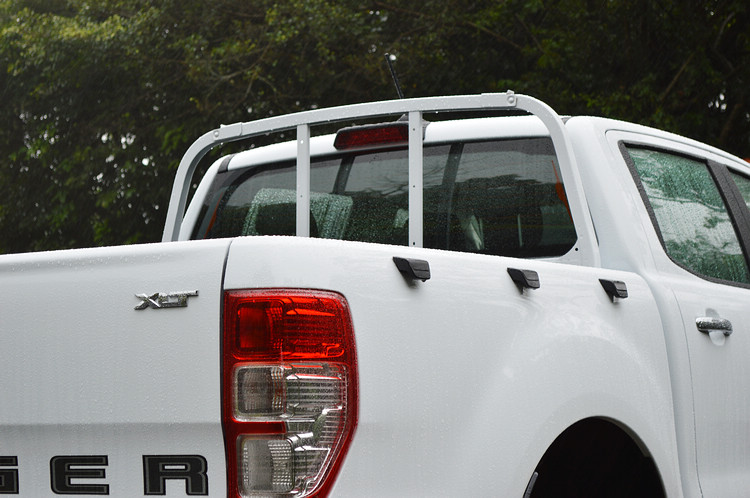載物平台特別加裝金屬格柵貨架、三對綁繩固定勾以及六組固定扣環。