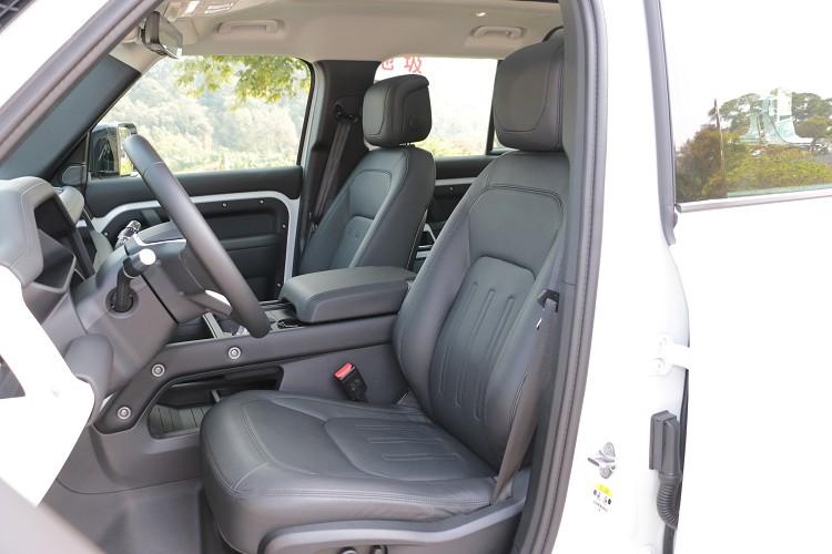 P300車型標配溫莎皮革雙前座14向電動調整結合腰靠、通風加熱等功能。