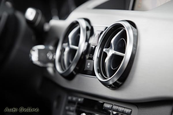 源自SLS AMG跑車的出風口設計,就像戰鬥機的噴氣口,令人熱血沸騰。