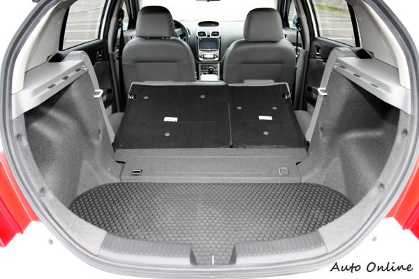 Q'way的行李廂空間較M'way的小,在後座椅背快速傾倒後,可以換到更大的置物容積。