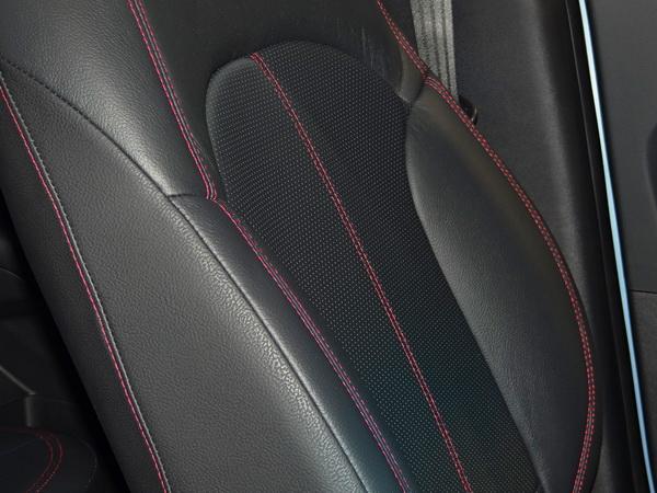 座椅是有著紅色縫線的專屬式樣