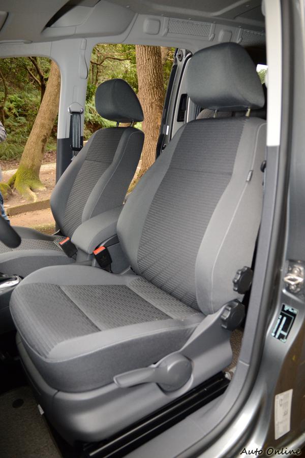 標準配備為絨布座椅,消費者可以選配Nappa真皮座椅,椅背為旋鈕手動調整,使用上真的不太方便。