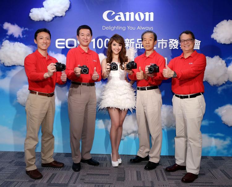 Canon總裁鎌田篤(左二)、消費影像產品事業處蘇惠璋資深總經理(右一)、呂俊賢副總經理(左一)與彩虹先進楊大明董事長(右二)共同宣佈全世界最小、最輕量的數位單眼相機EOS 100D正式在台灣開賣。
