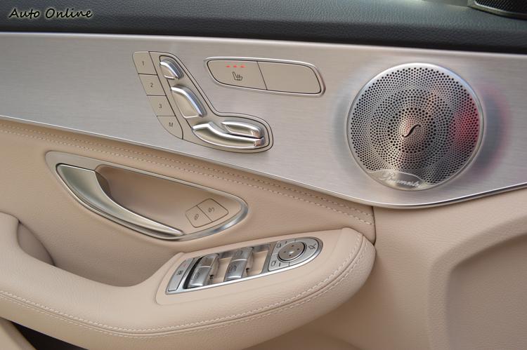操控鍵都用上金屬光澤,刻意和暖系列的內裝成對比。音響揚聲器全面採用與S-Class同級的Burmester品牌,更是豪華品質的保證。