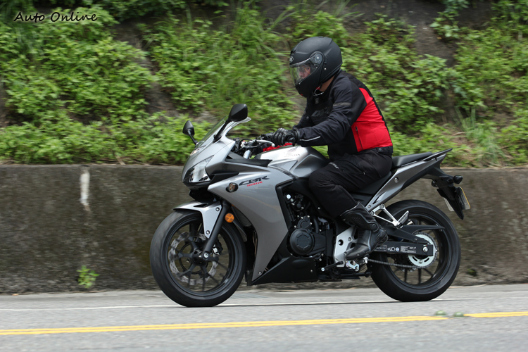分離式前後坐墊、漂亮的車體、剛好夠用的配置,騎起來、保養起來都很OK,極速可達190km/h,夠厲害了啦!