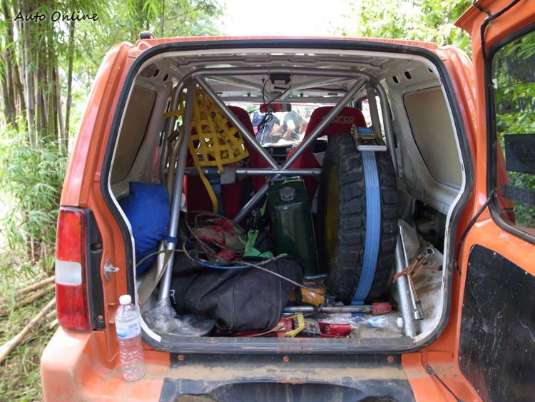 後車廂裡的工具與備品,是安檢的項目之一。