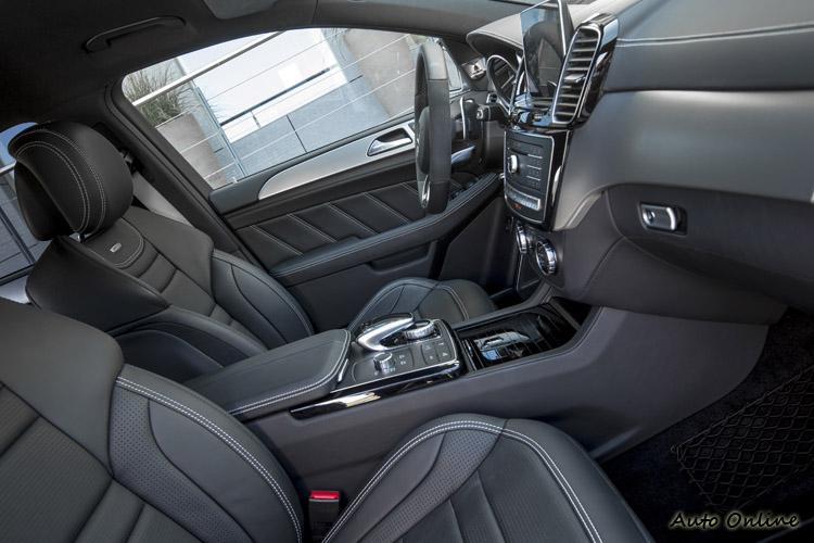 AMG車款的座椅包覆明顯好很多,方向盤也不一樣,但其他方面就沒甚麼特色了。