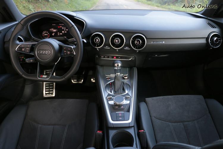 進車TT控制介面發現與舊世代車型的差別,完全以駕駛者導向為主軸。