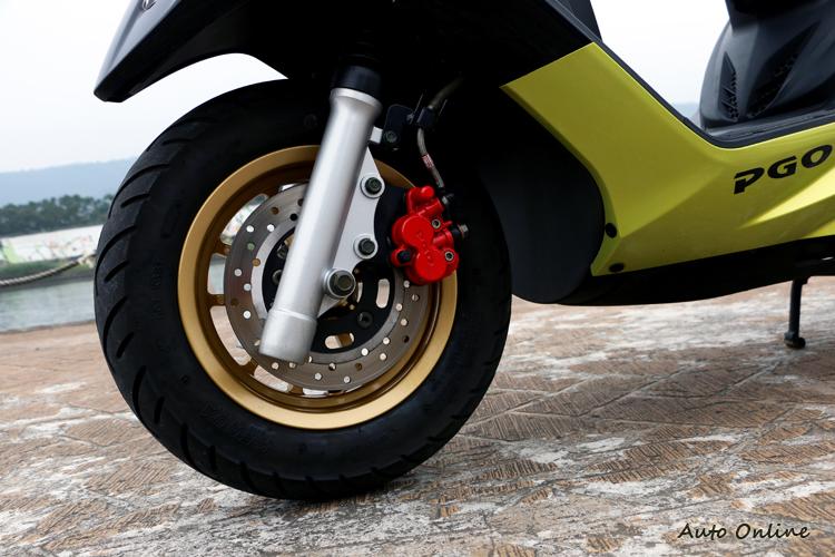 ABS版搭載全新10吋鋁圈,前輪搭載200mm碟盤與單向二活塞卡鉗,後輪則為鼓式煞車。