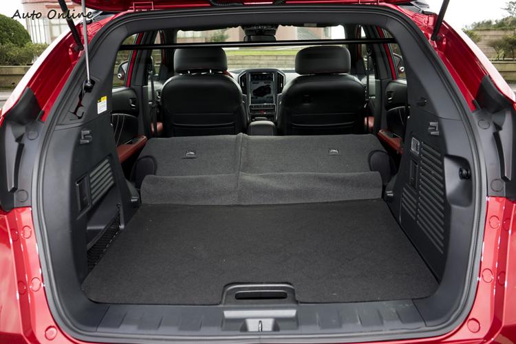 行李空間平整度高,且從尾門處就可放倒後座。