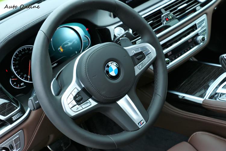 M Sport式樣方向盤,最下方有專屬標誌點綴。
