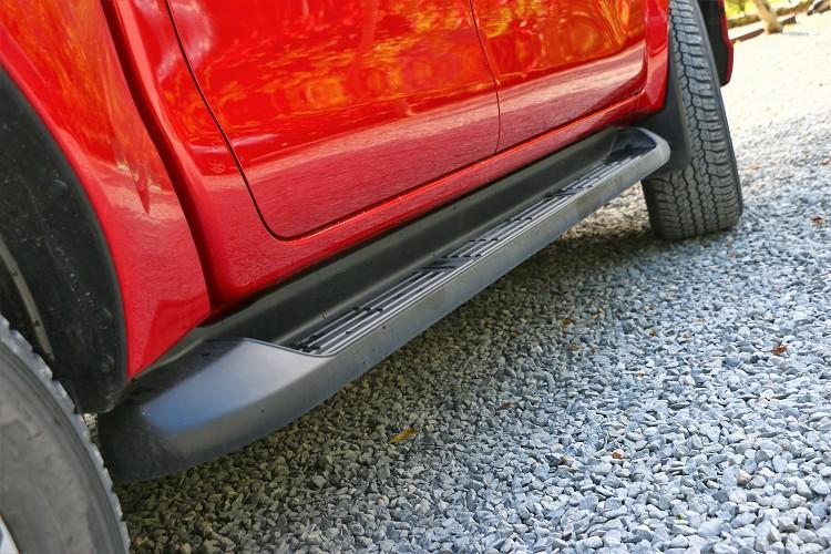 皮卡車身高度較高,車側踏板有利嬌小朋友使用輔助上下車。